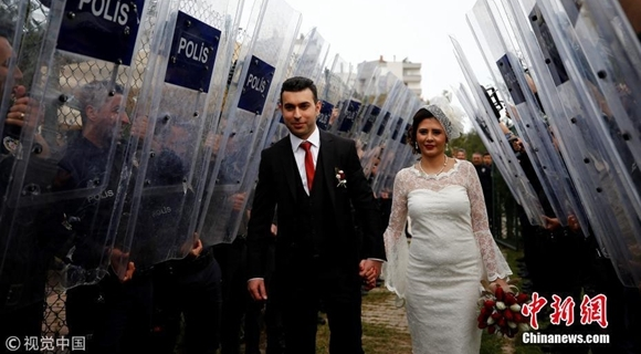 警察持防弹盾牌为新人保驾 新郎曾意外枪击新娘头部
