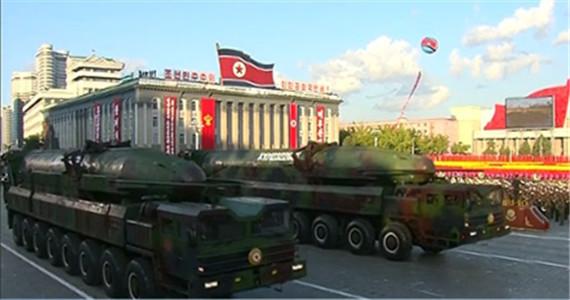 朝鲜大阅兵 展示多种武器
