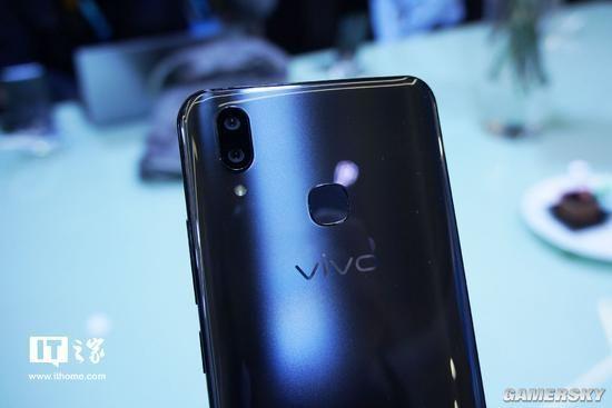 3月19日乌镇,vivo智能手机举办触幕倾心新品发布会,发布了vivo X21屏幕指纹手机和vivo X21两款产品。凭借领先的屏幕指纹和优异的拍照体验,特别是全新加入的Jovi AI助理和众多人工智能应用,使vivo X21系列有望成为新一代爆款明星产品。