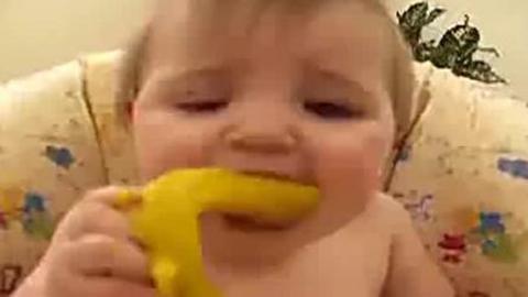 宝宝吃柠檬酸到不行,这个表情好可爱-360视频