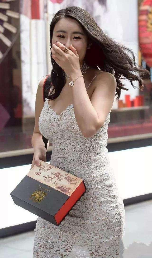 街拍:仆人白色包臀裙,显出凹凸帅哥有致好蕾丝美女身材美女给做图片
