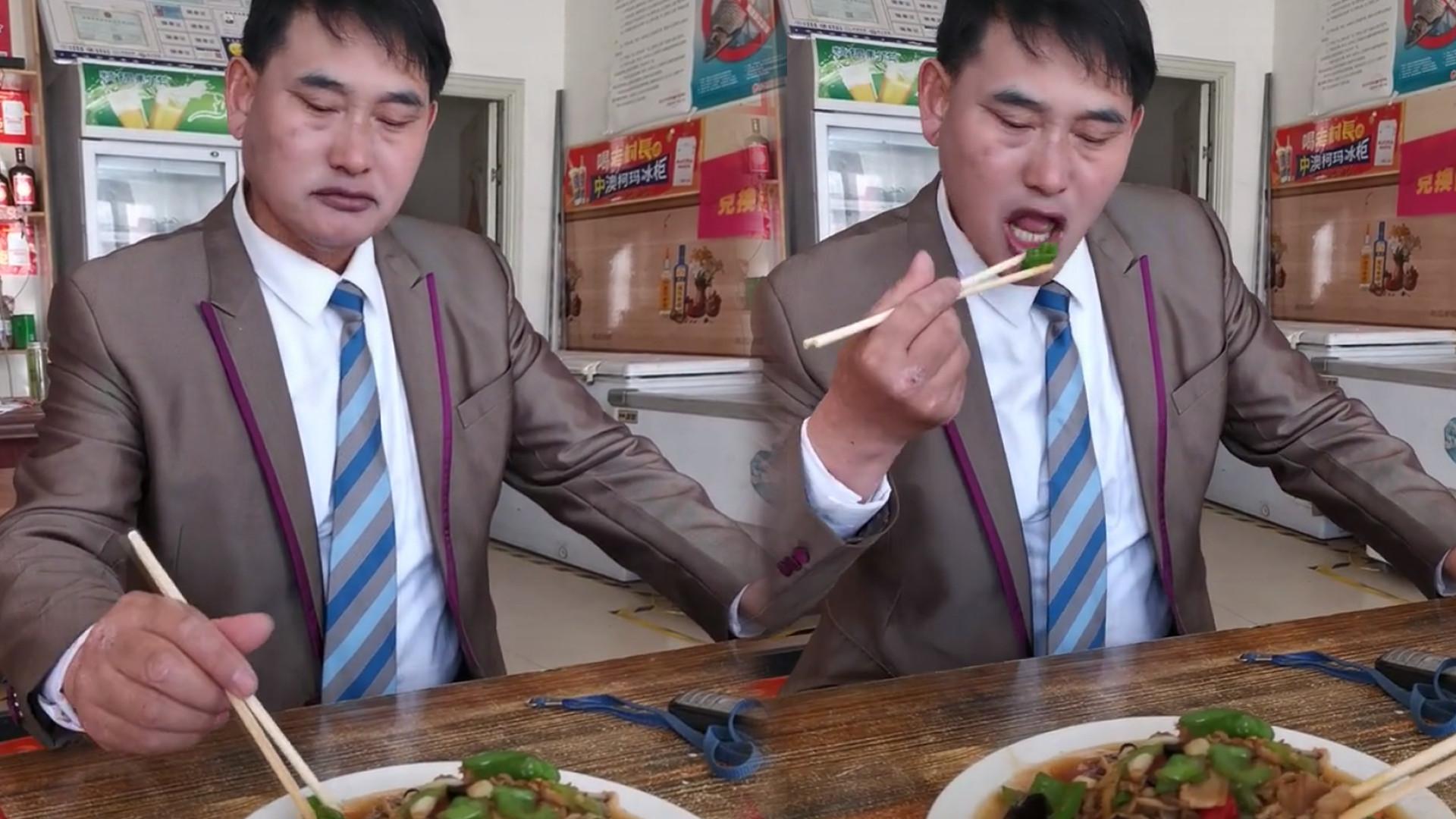 小饭馆偶遇大衣哥,身价千万为人依旧低调,桌上停产的手机太抢镜