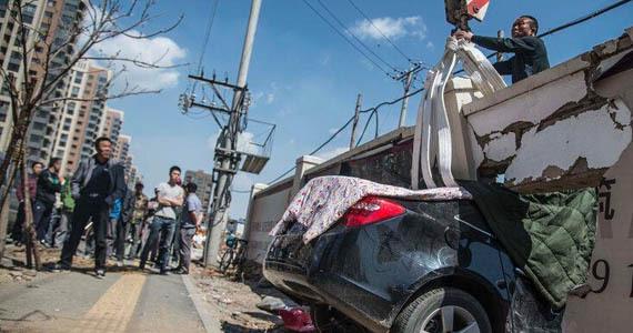 沈阳女司机开车卡墙中 救援人员拆墙移车