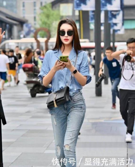 <b>美女身穿一件蓝色衬衫配牛仔裤,时尚唯美气质十足</b>