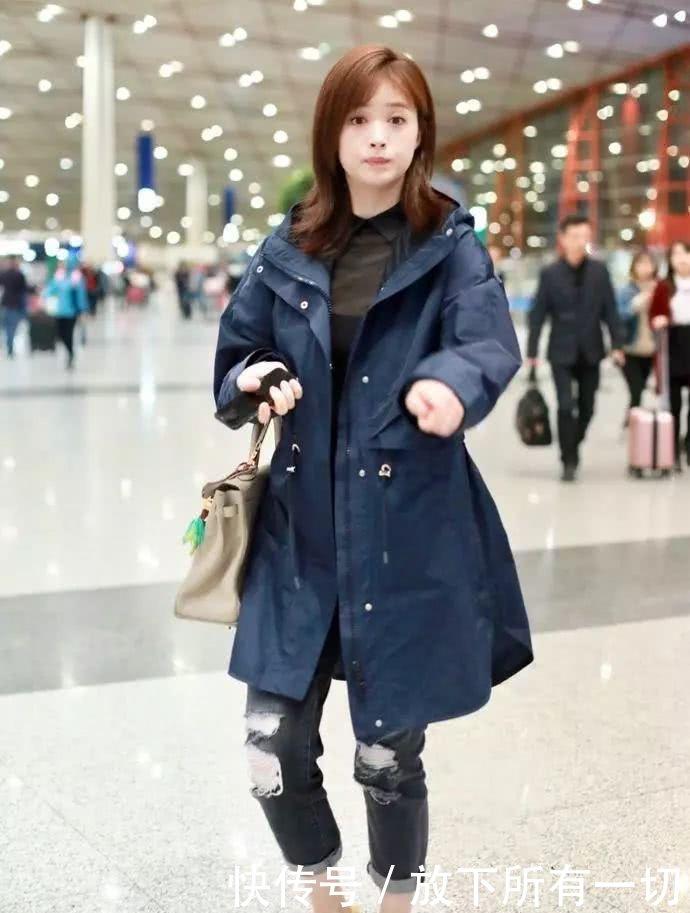 蒋欣终于找准穿衣风格,长款大衣搭配休闲裤,不仅时髦还遮肉!